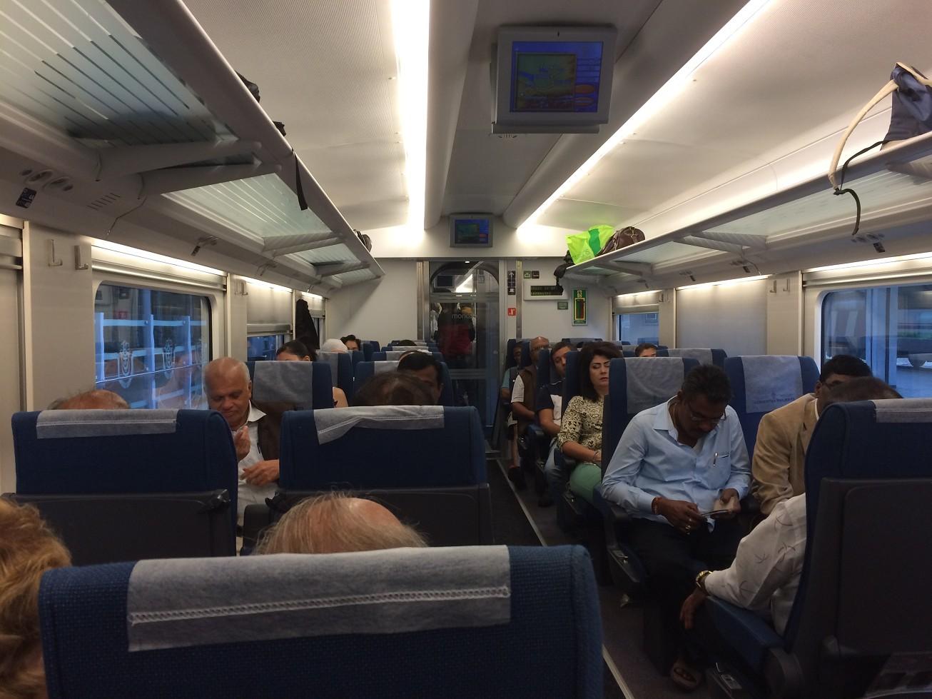 車廂內部足可媲美台灣高鐵,還有人員服務送茶及點心像極了搭飛機。