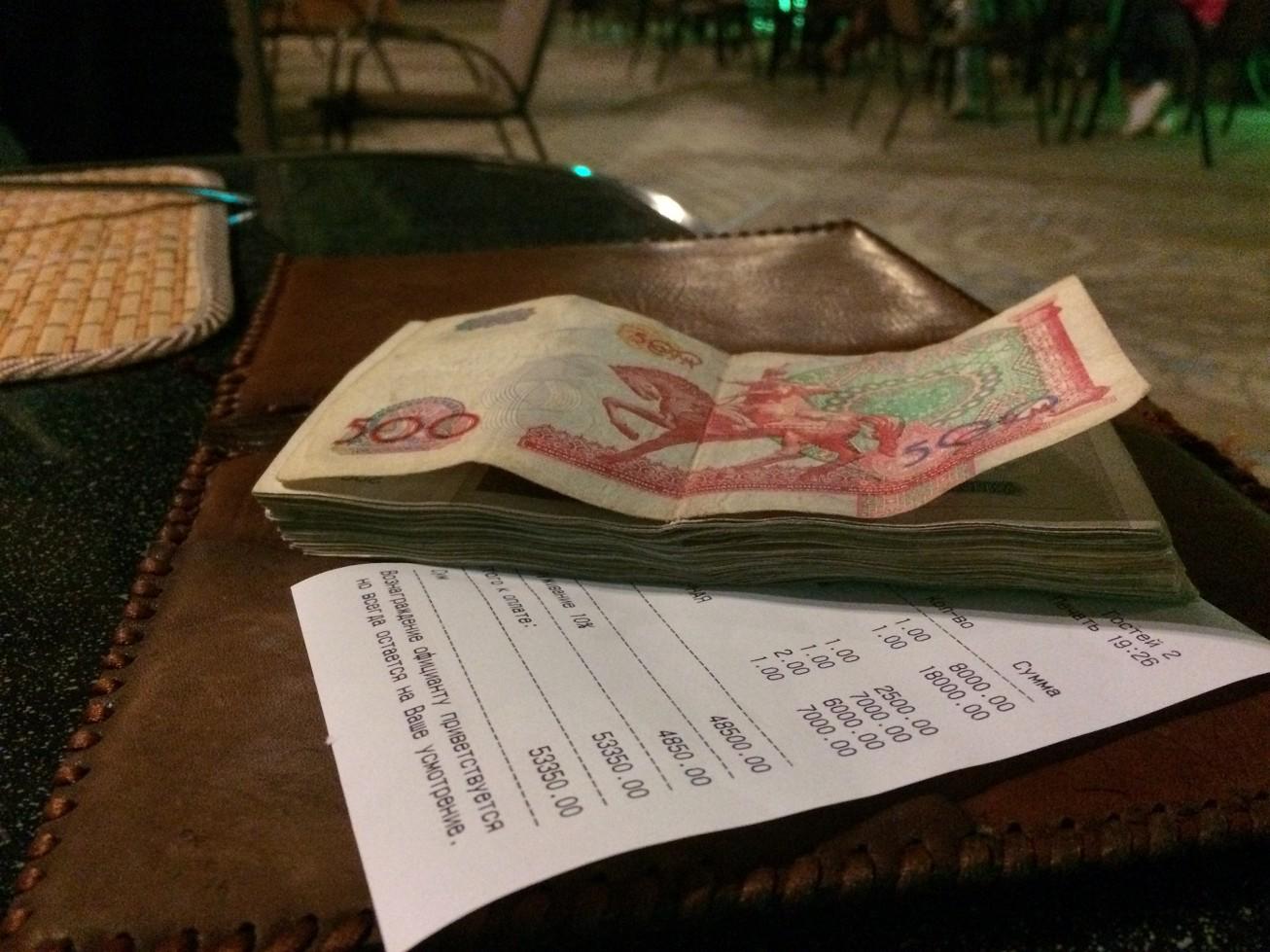 吃了一頓台幣270元的晚餐,就可以付掉這樣一疊鈔票...